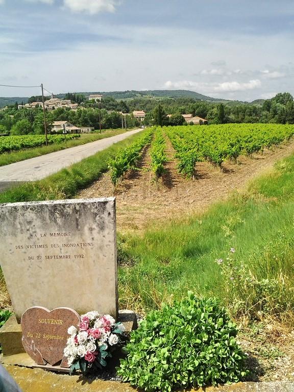 Roaix - stèle et lit majeur de l'Ouvèze